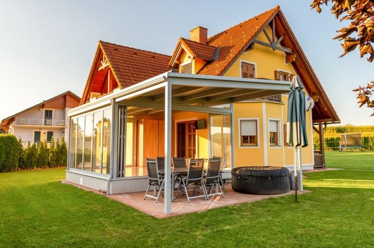 Terrassendach Alu 100 d | in hellgrau beschichtet als Verlängerung bei Sommergarten | Svoboda