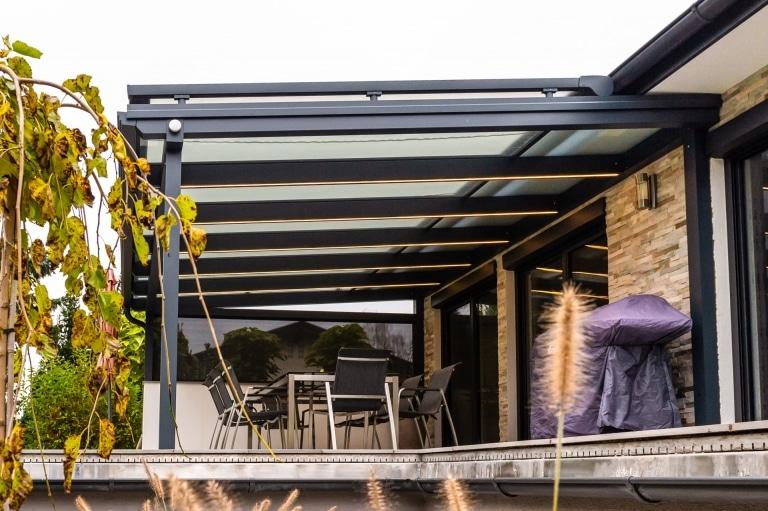 Terrassendach Alu 104 d | beschichtete Überdachung grau auf Terrasse mit LED-Beleuchtung | Svoboda
