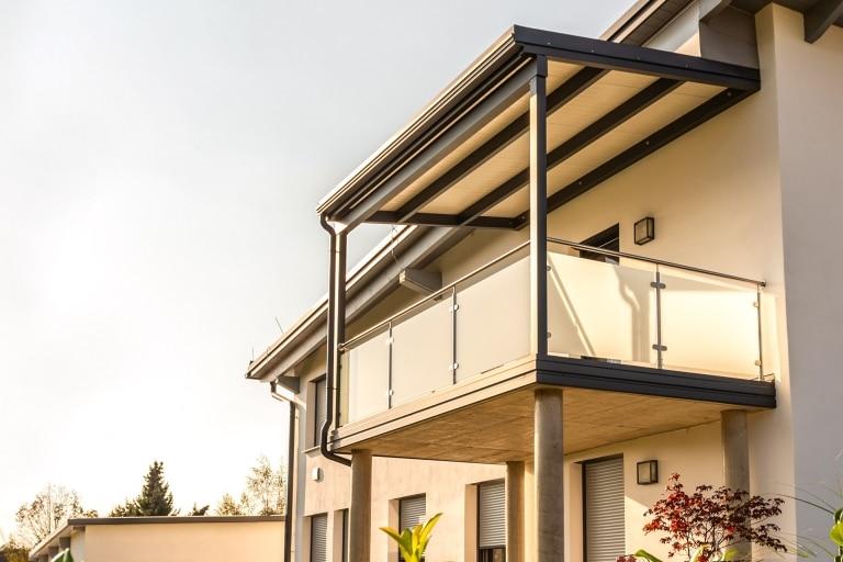 Terrassendach Alu 108 b | Anthrazit Grau pulverbeschichtet mit weisser Paneel-Eindeckung | Svoboda