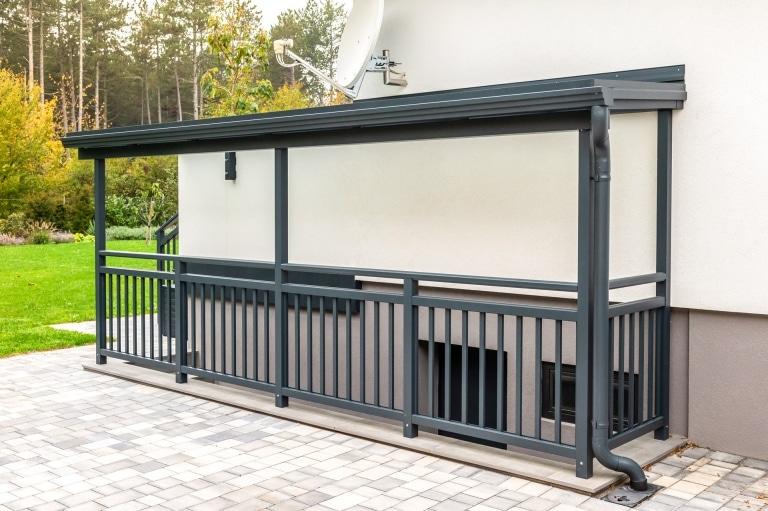 Vordach Alu 49 b | Aluminium-Glas-Überdachung über Kellerstiegen-Abgang mit Geländer | Svoboda