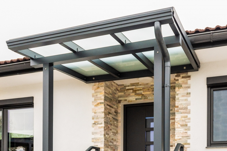 Vordach Alu 50 c | Unteransicht Alu-Dachsparren, Querbalken, Regenrinne und Ablaufrohr | Svoboda