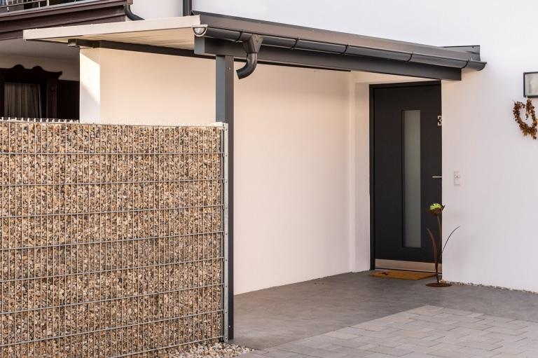 Vordach Alu 51 a | Eingangsüberdachung Aluminium Anthrazit mit teilweise Mauermontage | Svoboda