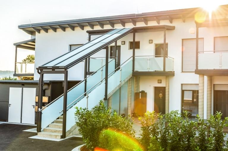 Vordach Alu 52 a | Sonderkonstruktion Stiegenaufgang aus Alu-Mattglas bei Wohnungsstiege | Svoboda