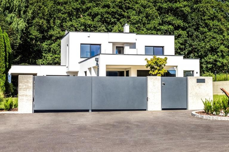 ZA Sonder 11 z21 | Einfahrtstor & Gehtür modern, Aluvollblech blickdicht 7016, Kubus-Haus | Svoboda