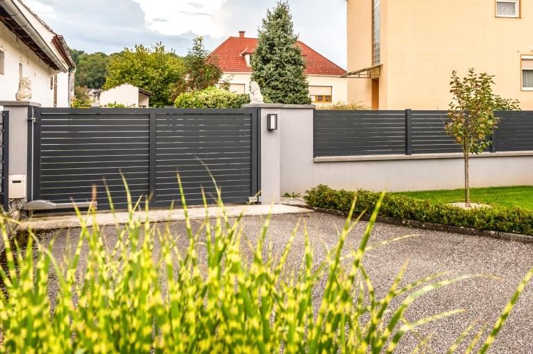 ZA Telfs 18 a | Modernes Aluminium-Drehtor einflügelig, Querlatten Aluzaun auf Gartenmauer | Svoboda