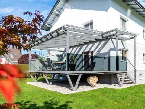 Zubau 20 a | Terrasse aus Aluminium auf Stehern mit Glasgeländer und Dach, hellgrau| Svoboda