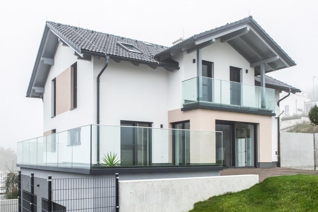 Augsburg 17 a | Modernes Glasgeländer bei Terrasse und Balkon bei Neubau-Einfamilienhaus | Svoboda