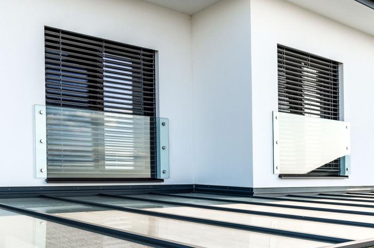 Augsburg 19 a | Modernes Französisches Geländer bei Fenster aus Glas – VSG Klarglas | Svoboda