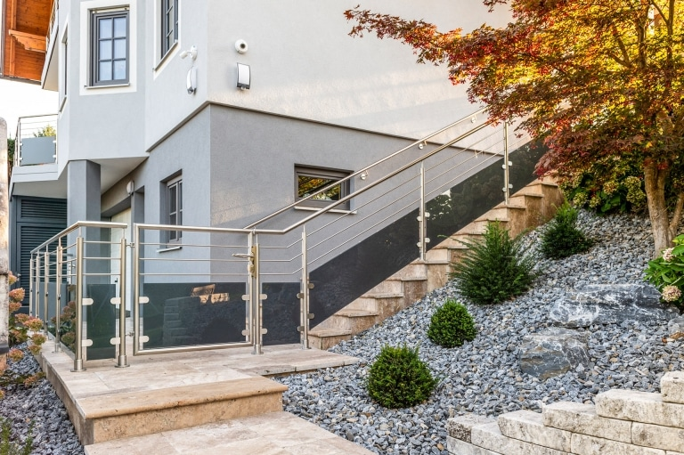 Bremen 78 i | Edelstahlstiegengeländer mit Glas matt schwarz & Gehtür bei Außenstiege | Svoboda