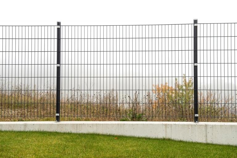 DSMZ 10 a | Dunkelgrauer Doppelstab-Mattenzaun auf Betonmauer aufgesetzt montiert | Svoboda