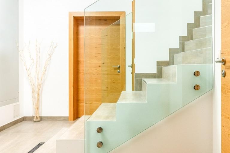 Pisa 11 b | Modernes Stiegengeländer innen aus Ganzglas mit Punkthaltern seitlich montiert | Svoboda