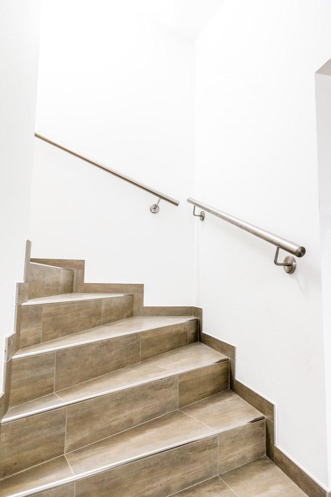 Pisa 11 g | Weiterführender Niro-Wandhandlauf im Stiegenaufgang | Svoboda Metalltechnik