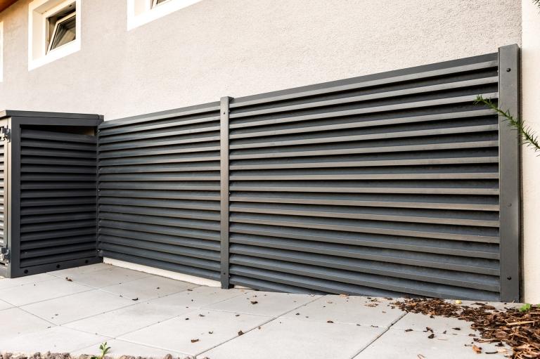 S 45 a | Wandverkleidung aus Aluminium mit Schuppen-Lattung Rhomboid quer anthrazit | Svoboda