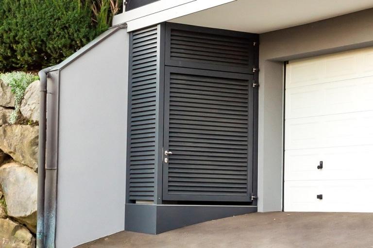 S 46 e | Aluminium-Geräteschuppen unter Balkon mit Türen und waagrechten Rhomboid-Lamellen | Svoboda
