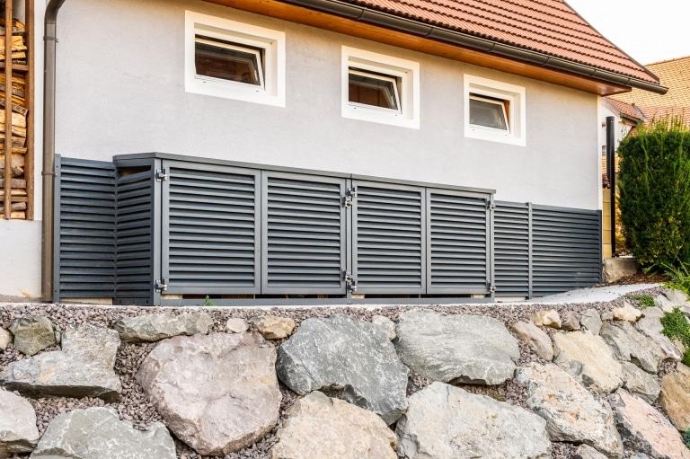 S 47 a | Aluminium-Gartenbox blickdicht mit waagrechten Rhomboid-Alulatten modern RAL 7016 | Svoboda