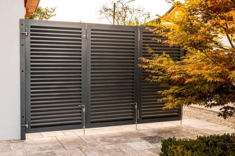 S 48 a | Faltwand mit 3 Faltelementen modern, Alu-Latten waagrecht schuppig montiert, grau | Svoboda