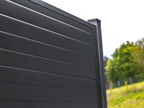 Sandwich-Paneel-Zaunelement grau blickdicht Detailbild von Profiloberfläche   Svoboda Metall