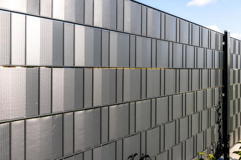 STZ 07 e | Einfriedungszaun mit Sichtschutzstreifen dunkelgrau blickdicht | Svoboda Metalltechnik