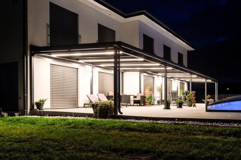 Terrassendach Alu 109 z24 | mit in Alusparren integrierten LED-Licht-Streifen bei Nacht | Svoboda