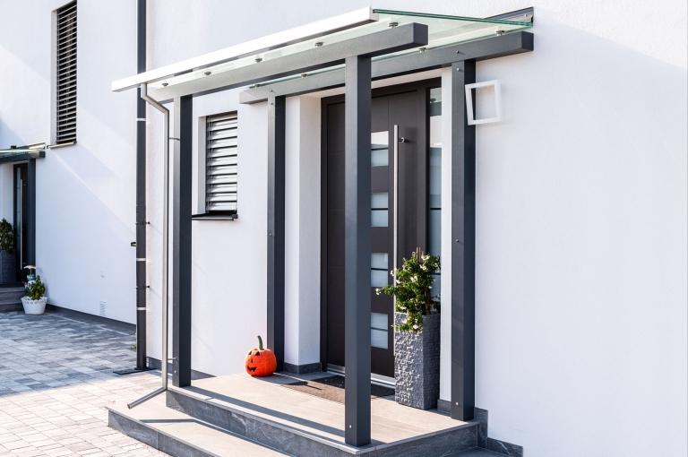Vordach Alu 53 a | Modernes Alu Eingangsdach anthrazit mit Klarglas & Edelstahl-Regenrinne | Svoboda