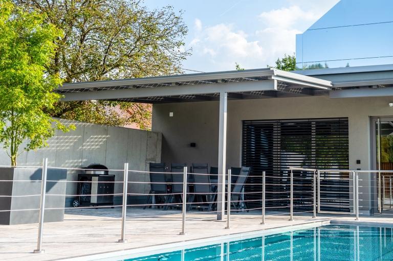 Photovoltaikdach 05 d   Terrassenüberdachung grau mit Photovoltaik-Glaspeneel-Eindeckung   Svoboda