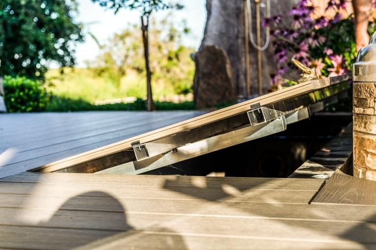 S 42 a | Hebbarer Deckel bei WPC-Terrassenboden im Boden versteckt, leicht geöffnet | Svoboda